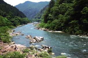 飛騨川沿いの中山七里の写真素材 [FYI03009300]