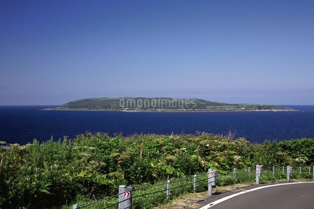 焼尻島から見える天売島の写真素材 [FYI03009448]