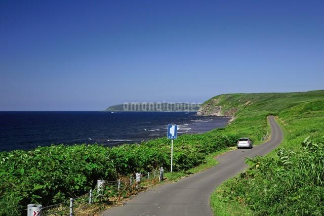 焼尻島から見える天売島の写真素材 [FYI03009452]