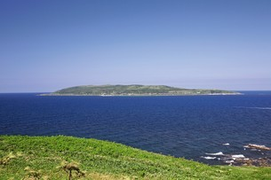 焼尻島から見える天売島の写真素材 [FYI03009454]