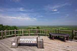 夏の釧路湿原 サテライト展望台からの眺めの写真素材 [FYI03009457]
