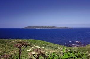 焼尻島から見える天売島の写真素材 [FYI03009757]