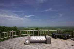 夏の釧路湿原 サテライト展望台からの眺めの写真素材 [FYI03009800]