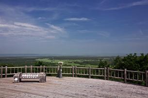 夏の釧路湿原 サテライト展望台からの眺めの写真素材 [FYI03009810]