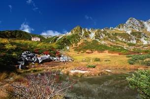 紅葉の剣ヶ池と宝剣岳の写真素材 [FYI03010078]