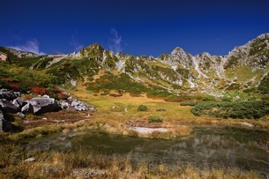紅葉の剣ヶ池と宝剣岳の写真素材 [FYI03010079]