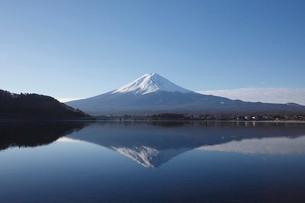 河口湖から望む朝の富士山の写真素材 [FYI03010142]