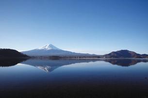 河口湖から望む朝の富士山の写真素材 [FYI03010145]