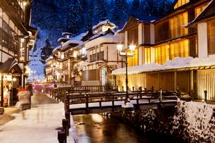 雪の銀山温泉の写真素材 [FYI03010148]