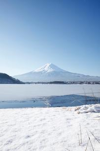 河口湖から望む朝の富士山の写真素材 [FYI03010152]