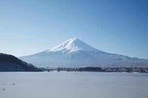 河口湖から望む朝の富士山の写真素材 [FYI03010154]
