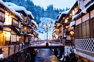 雪の銀山温泉の写真素材 [FYI03010157]