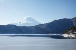 河口湖の湖北ビューラインから望む富士山の写真素材 [FYI03010158]