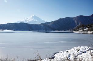 河口湖の湖北ビューラインから望む富士山の写真素材 [FYI03010159]