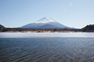 他手合浜から望む精進湖と富士山の写真素材 [FYI03010168]