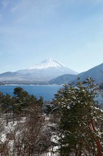浩庵キャンプ場前より望む本栖湖と富士山の写真素材 [FYI03010171]