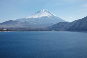浩庵キャンプ場前より望む本栖湖と富士山の写真素材 [FYI03010172]