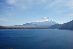 浩庵キャンプ場前より望む本栖湖と富士山の写真素材 [FYI03010173]