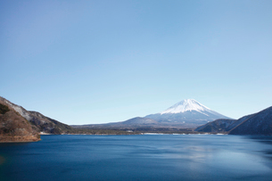 浩庵キャンプ場前より望む本栖湖と富士山の写真素材 [FYI03010176]