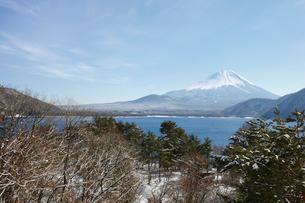 浩庵キャンプ場前より望む本栖湖と富士山の写真素材 [FYI03010177]