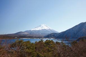 浩庵キャンプ場前より望む本栖湖と富士山の写真素材 [FYI03010179]