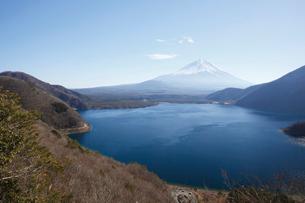 中之倉峠展望台から望む本栖湖と富士山の写真素材 [FYI03010181]