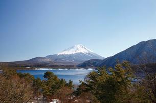 浩庵キャンプ場前より望む本栖湖と富士山の写真素材 [FYI03010183]