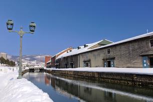 雪積もる冬の小樽運河の写真素材 [FYI03010189]