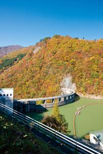 秋の鳴子ダムの写真素材 [FYI03010933]