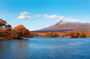 大沼湖畔から望む紅葉の駒ケ岳の写真素材 [FYI03011289]