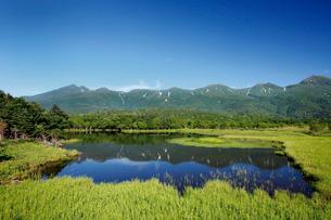 湖畔展望台から望む知床連山と一湖の写真素材 [FYI03011508]