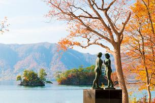 紅葉の十和田湖,乙女の像の写真素材 [FYI03011687]