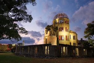 紅葉の原爆ドームの写真素材 [FYI03011744]