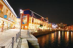 ライトアップに彩られる門司港レトロの街並みの写真素材 [FYI03011750]