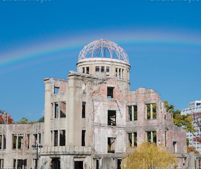 虹かかる原爆ドームの写真素材 [FYI03011760]