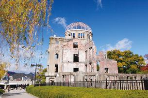 紅葉の原爆ドームの写真素材 [FYI03011763]