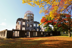 紅葉の原爆ドームの写真素材 [FYI03011775]