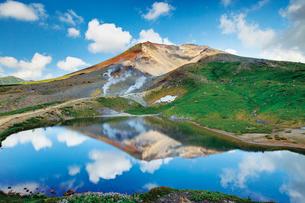 旭岳と空を映し出す姿見の池の写真素材 [FYI03012161]