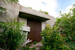 母島に今も佇む旧日本軍の弾薬庫の写真素材 [FYI03012165]