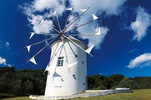 小豆島オリーブ公園のギリシャ風車の写真素材 [FYI03012661]