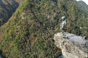 紅葉の祖谷渓に立つ小便小僧像の写真素材 [FYI03012676]