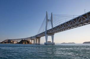 海から望む岩黒島橋と櫃石島橋の写真素材 [FYI03013151]