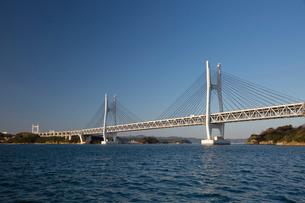海から望む岩黒島橋と櫃石島橋の写真素材 [FYI03013152]