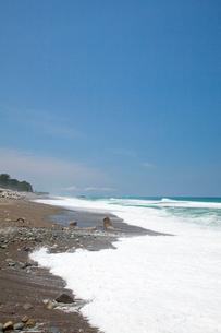 波の打ち寄せるヒスイ海岸の写真素材 [FYI03013482]