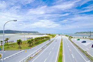 海の上に造られた海中道路の写真素材 [FYI03013562]