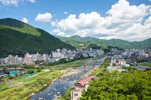 下呂温泉街と飛騨川の写真素材 [FYI03013666]
