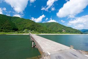 四万十川に架かる高瀬沈下橋の写真素材 [FYI03013804]