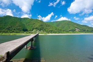 四万十川に架かる高瀬沈下橋の写真素材 [FYI03013809]