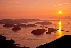 夕景の瀬戸内海に架かる来島海峡大橋の写真素材 [FYI03013826]