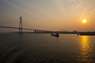 夕景の名古屋港と名港トリトンの写真素材 [FYI03013864]